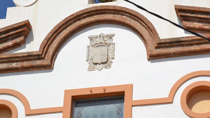 Escudo franquista en la ermita del antiguo complejo de la fábrica Segarra, en La Vall d'Uixó.