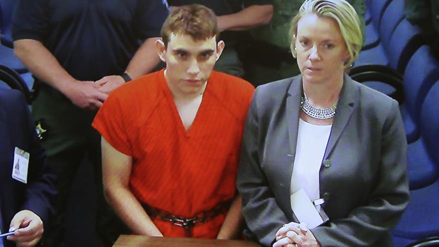 Un monitor muestra la imagen del sospechoso Nikolas Cruz durante una comparecencia / Susan Stocker AP