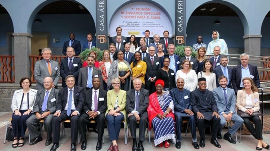 Foto de familia de la VII Reunión de Enviados Especiales y Socios para el Sahel, en Casa África.