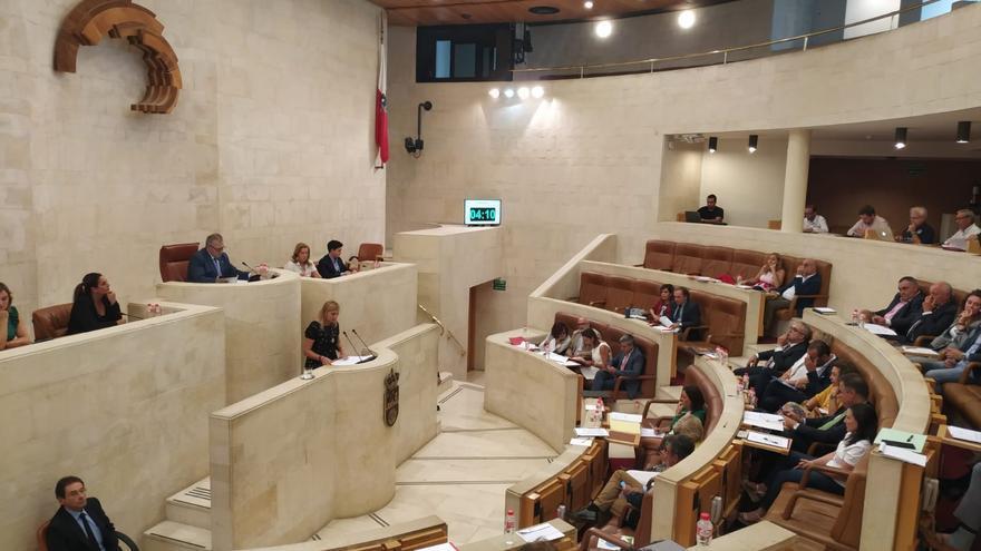 El Parlamento celebra este lunes su último Pleno antes de las vacaciones con tres puntos en el orden del día
