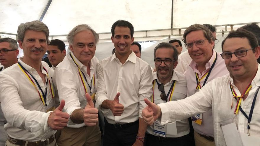 Pons y el resto de los eurodiputados, junto a Juan Guaidó.