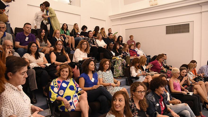 Mujeres de asociaciones y colectivos feministas asistentes al pleno