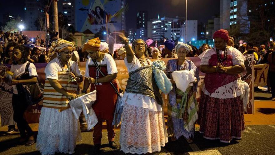 Mujeres negras ondean la bandera de la igualdad y claman contra el racismo en Brasil