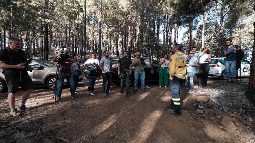 El jefe de Emergencias del Cabildo de Gran Canaria, Federico Grillo, muestra las zonas tratadas con fuego técnico en invierno.
