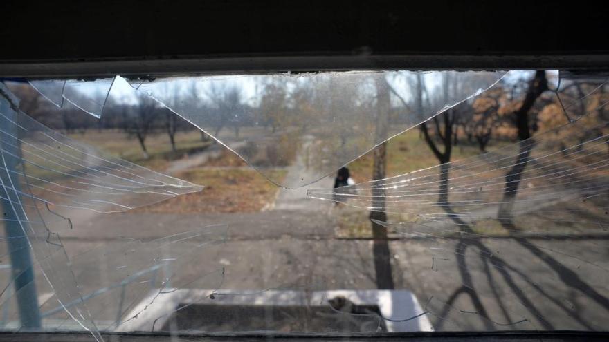 Este hospital situado a las afueras de Debaltsevo, cerca de línea del frente, también ha sido duramente bombardeado, pero el personal todavía consigue que siga funcionando. Tras ser evacuado el pasado 24 de julio, el personal regresó al hospital diez días después encontrando la mayoría de las ventanas reventadas. Dicen que todavía no van a repararlas. El vidrio es demasiado caro y saben que los bombardeos volverán. Fotografía: Julie Rémy / MSF