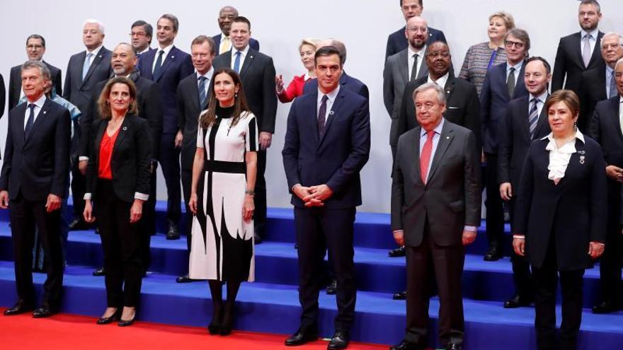 """El presidente del Gobierno en funciones, Pedro Sánchez (c) junto con la presidenta de la COP y ministra chilena del clima, Carolina Schmidt (c-i) y el secretario general de las Naciones Unidas (ONU), António Guterres (c-d) entre otros, posan en la foto de familia de la 25 Conferencia de las Partes del Convenio Marco de Naciones Unidas sobre Cambio Climático (COP) que arranca este lunes en Madrid bajo el lema """"Tiempo de actuar"""". La COP25 se desarrollará hasta el 13 de diciembre en la capital española con 29.000 asistentes de 196 delegaciones, entre ellas medio centenar de jefes de Estado y de Gobierno, así como los altos representantes de la UE y contará por ello con un dispositivo de seguridad con 5.000 efectivos."""
