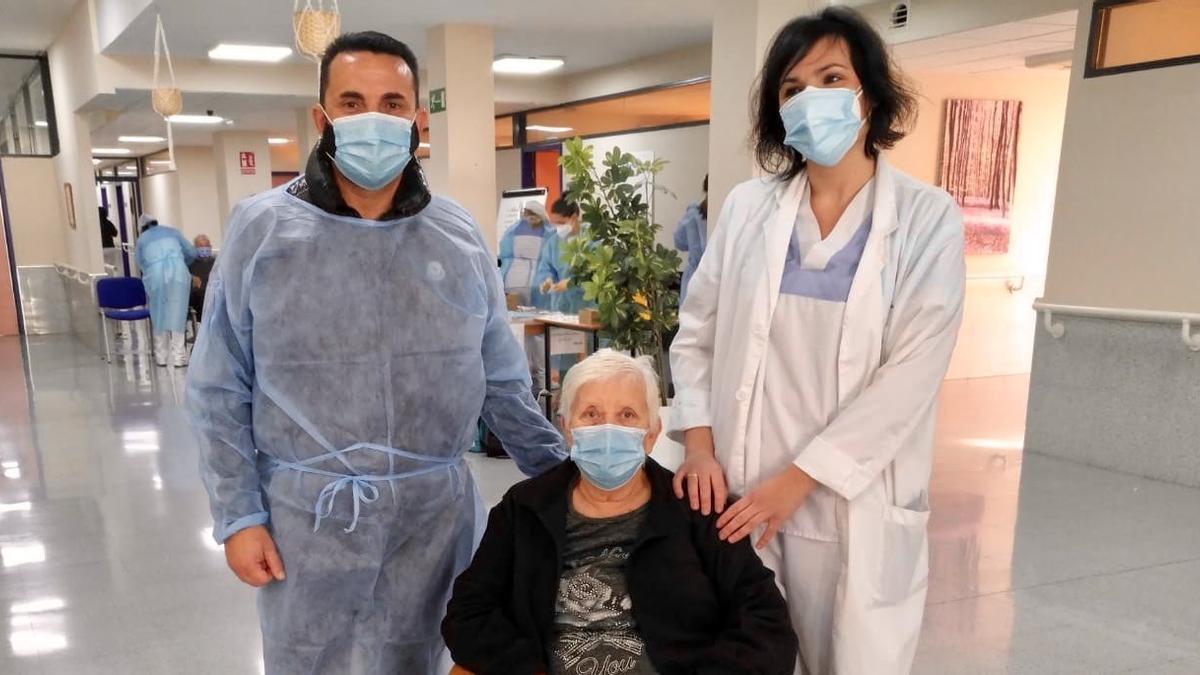Bernabé Cano, en una imagen de sus redes sociales de la visita a la residencia donde se vacunó.