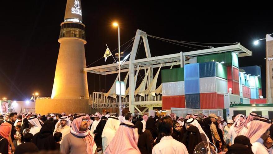 Hombres y mujeres se mezclan en el mayor festival cultural saudí
