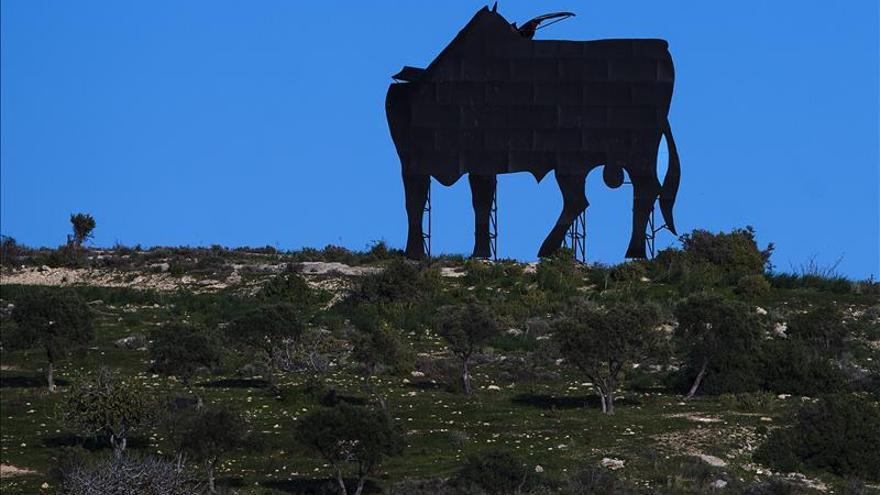 El Toro de Osborne de Almayate, en Vélez-Málaga, amanece sin cabeza