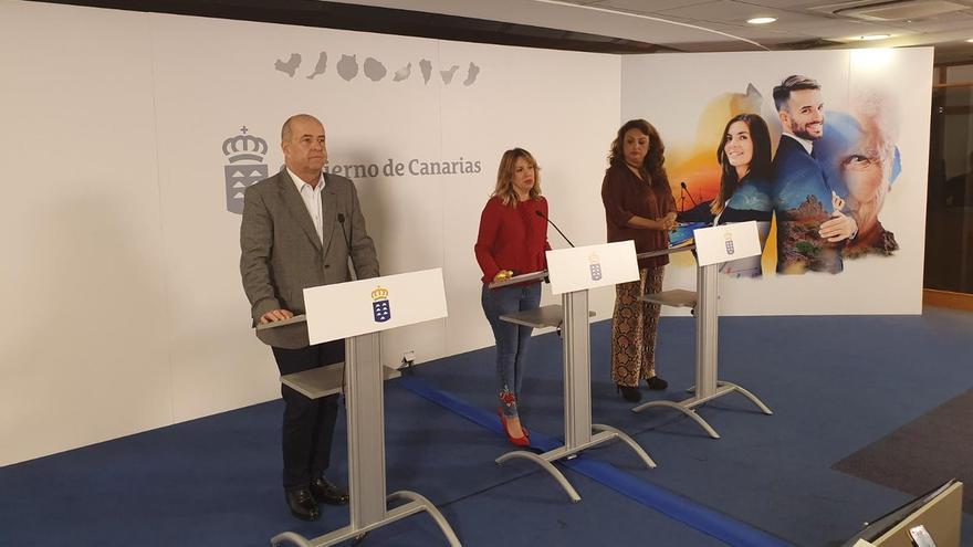 Los consejeros Pedro Ortega, Rosa Dávila y Cristina Valido tras el Consejo de Gobierno.
