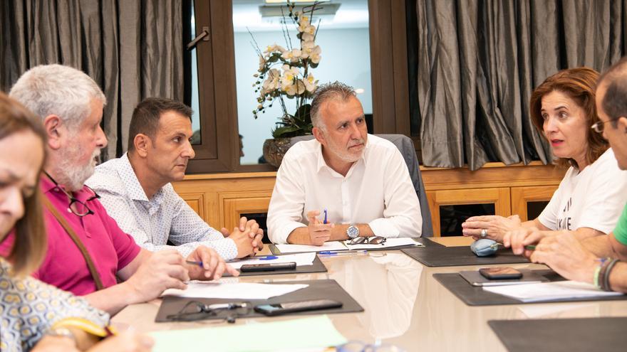 El presidente del Gobierno de Canarias, Ángel Víctor Torres; la consejera de Sanidad, Teresa Cruz; y representantes de los sindicatos CC.OO., UGT y CEM- SATSE.
