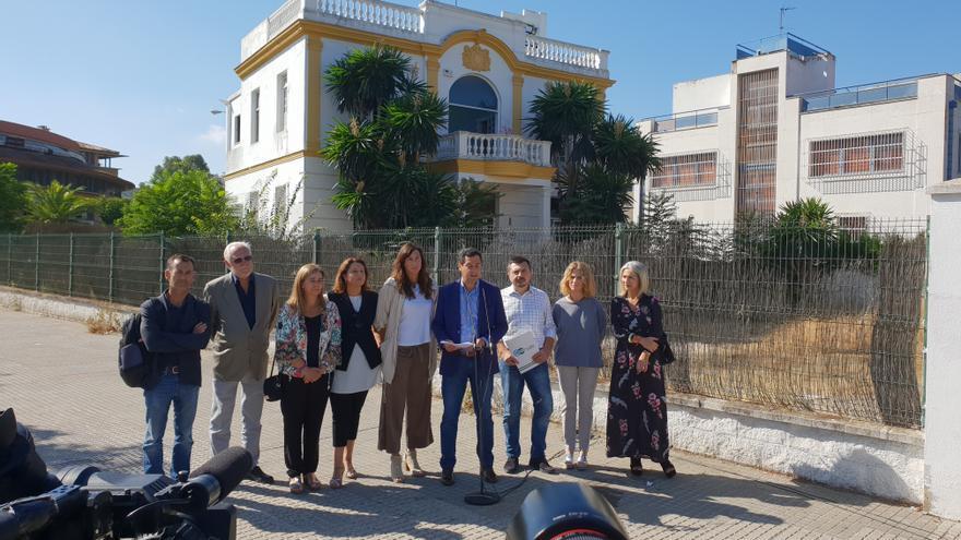El presidente del PP andaluz, Juanma Moreno, y su equipo frente al prostíbulo Don Angelo, de Sevilla.