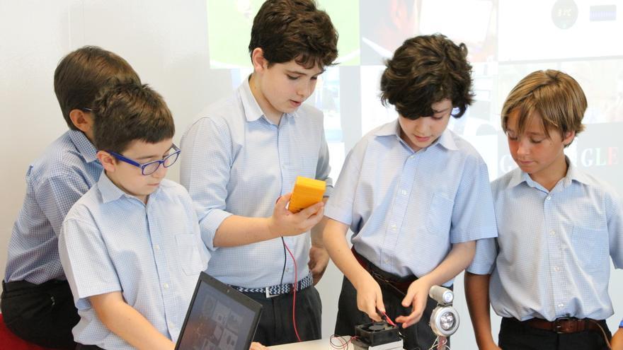 Pequeños emprendedores visitando el Smart center de vodafone