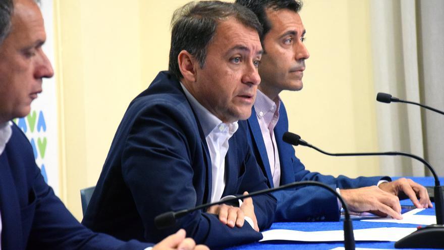 José Manuel Bermúdez, alcalde de Santa Cruz, junto a Juan José Martínez (derecha), concejal de Hacienda