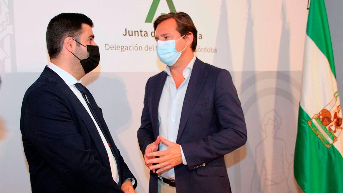 El coordinador de programas del Instituto Andaluz de la Juventud en Córdoba, Salvador García (izda.), junto al delegado provincial del Gobierno andaluz, Antonio Repullo