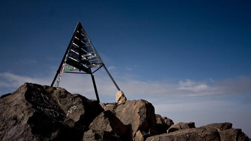 Hito que marca la cima del Jbel Toubkal. John Fielding