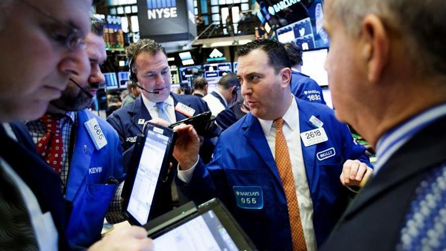 Wall Street sigue con pérdidas y el Dow Jones baja un 0,40 % a media sesión