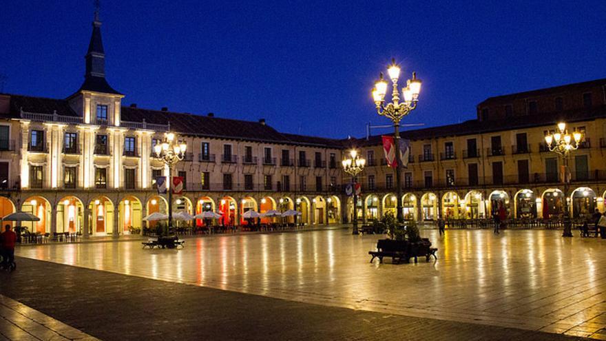 Imagen nocturna de la Plaza Mayor de León.