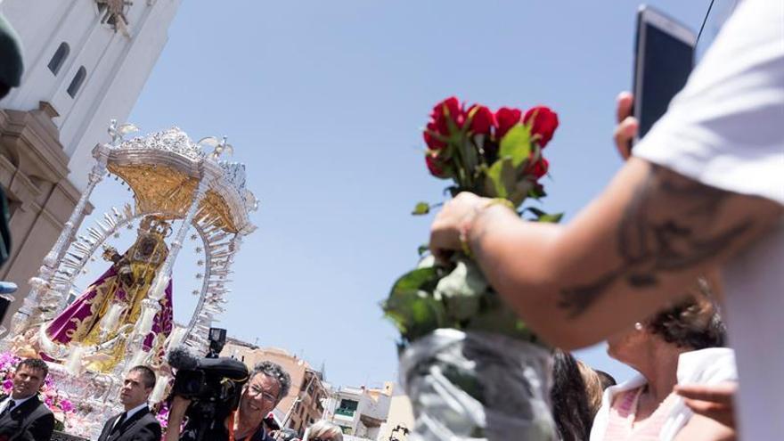 Procesión de la virgen en torno a la plaza de la Patrona, este miércoles en Candelaria (Tenerife)