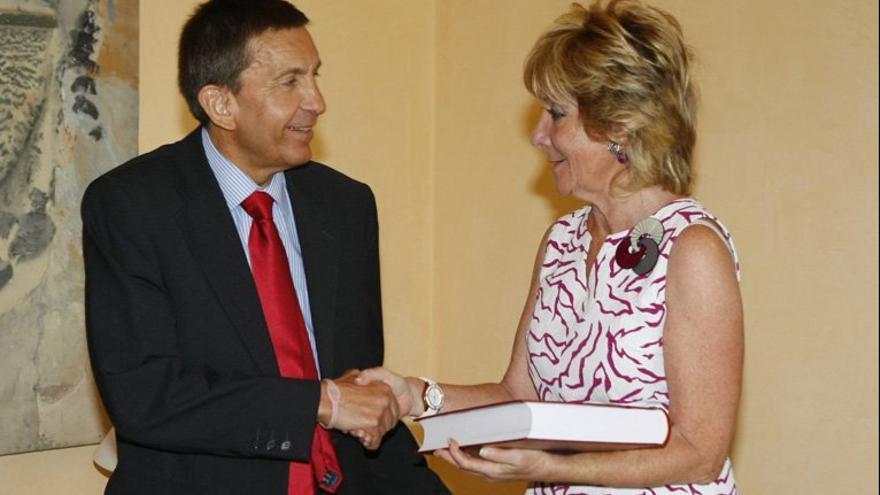 Manuel Moix entrega a Esperanza Aguirre la memoria de la Fiscalía, en 2012.