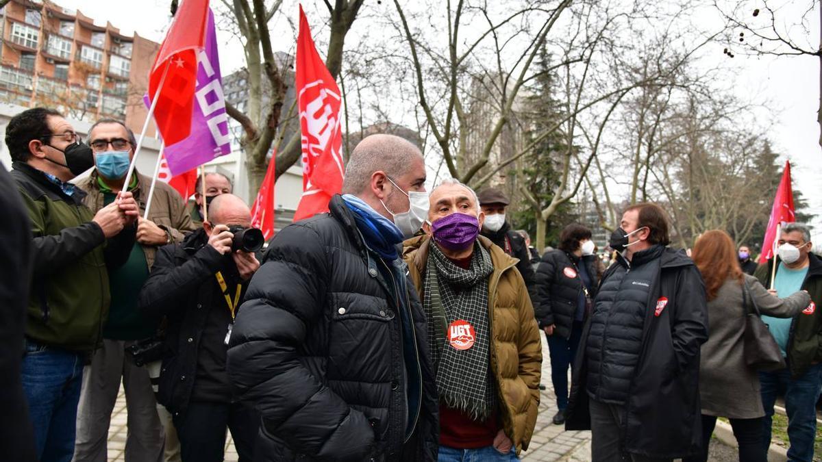 Los secretarios general de CCOO y UGT, Unai Sordo y Pepe Álvarez respectivamente, en la concentración de los sindicatos en Madrid.
