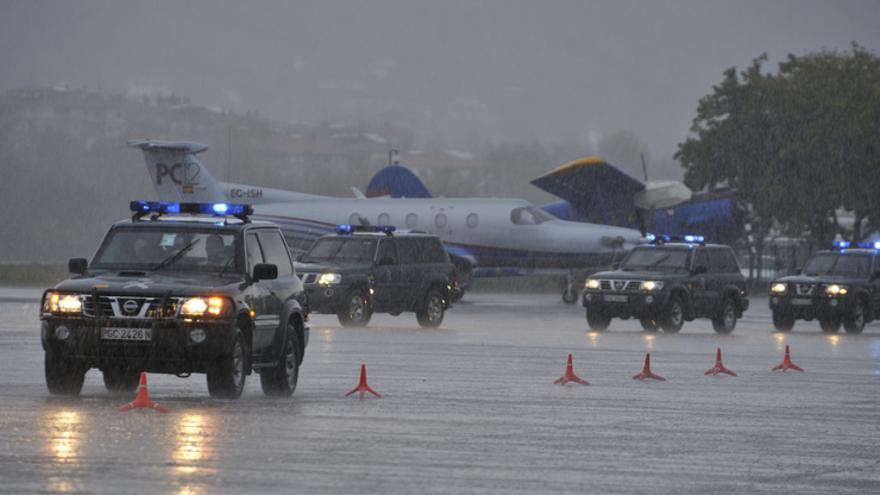 Vehículos de la Guardia Civil en el aeropuerto de San Sebastián