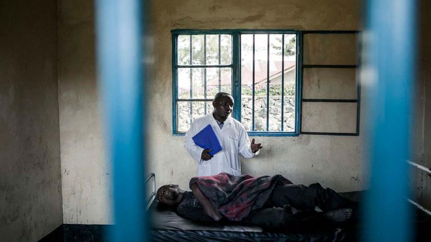 El doctor Moise Mbusa visita a los pacientes regularmente. Foto: Patrick Meinhardt