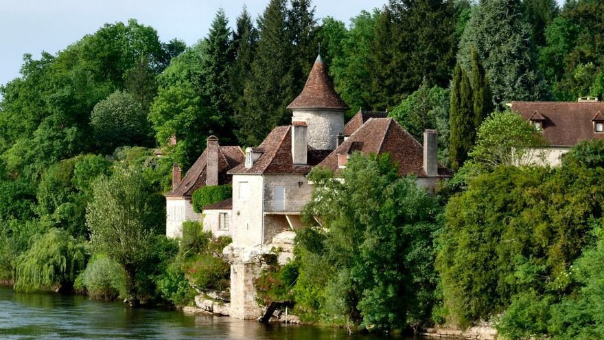 Pequeño 'chateau' en Meyronne a orillas del Río Dordoña. dynamosquito