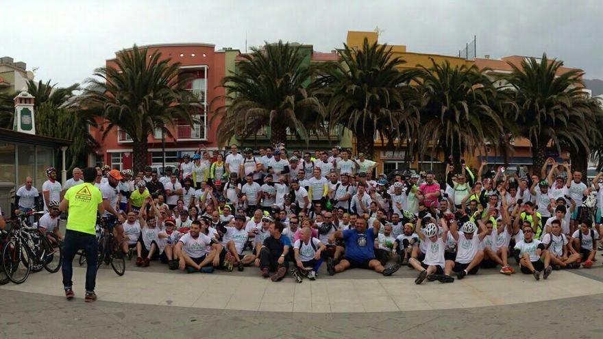 El numeroso grupo de ciclistas, en el municipio de El Paso, tras la primera  carrera popular por las carreteras de La Palma.