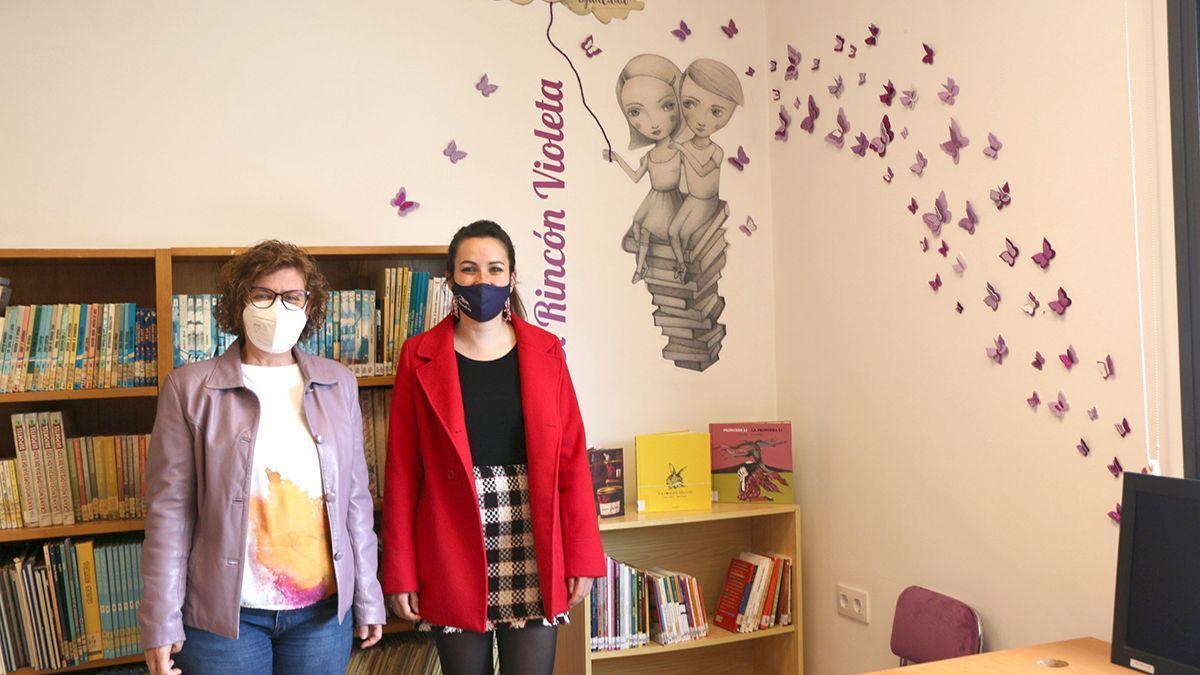 El 'Rincón Violeta' en una biblioteca de la provincia.