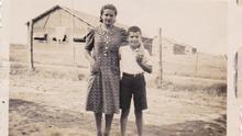 José, a sus 10 años, con su hermana Pilar en el campo de concentración de Arnao.