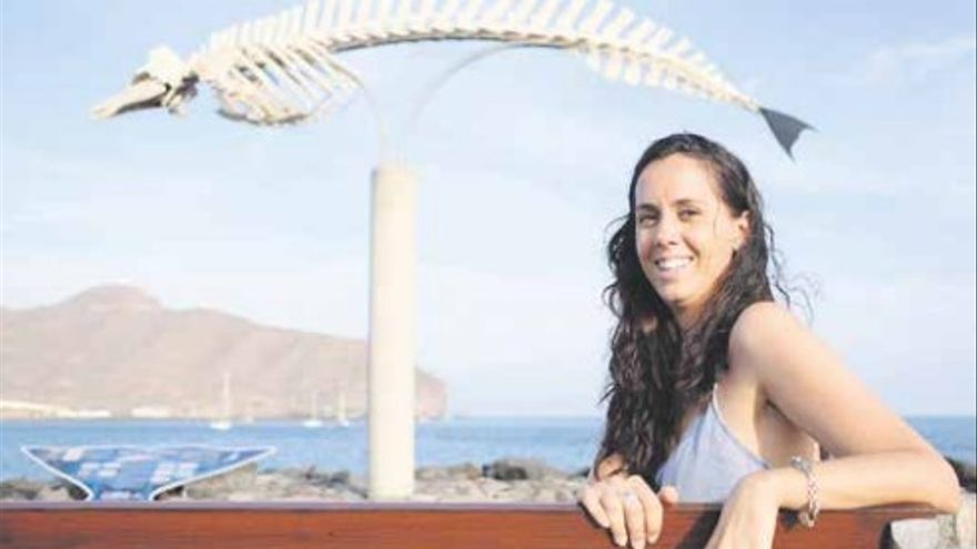 Bárbara Abaroa, joven licenciada en Ciencias del Mar que está realizando una investigación sobre el impacto de los microplásticos en el litoral de Fuerteventura.