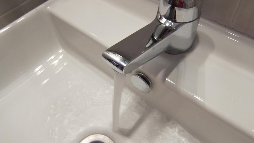 Los españoles pagan facturas de agua que varían hasta un 349