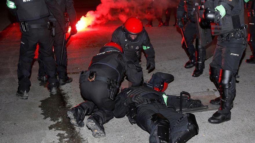 Un ertzaina - en la imagen- ha muerto esta noche en el Hospital de Basurto tras sufrir un infarto durante los enfrentamientos que se han producido cerca del estadio de San Mamés antes del partido de la Liga Europa entre el Athletic de Bilbao y el Spartak de Moscú \ EFE/Luis Tejido