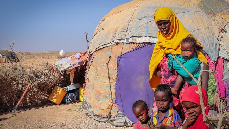 Roda. Fue obligada a dejar su hogar con sus hijos en busca de comida y agua durante la sequía en Somaliland (Somalia).