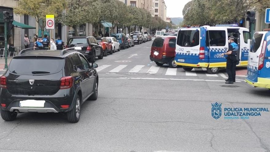 Actuación de la Policía Municipal de Pamplona en una calle de la ciudad
