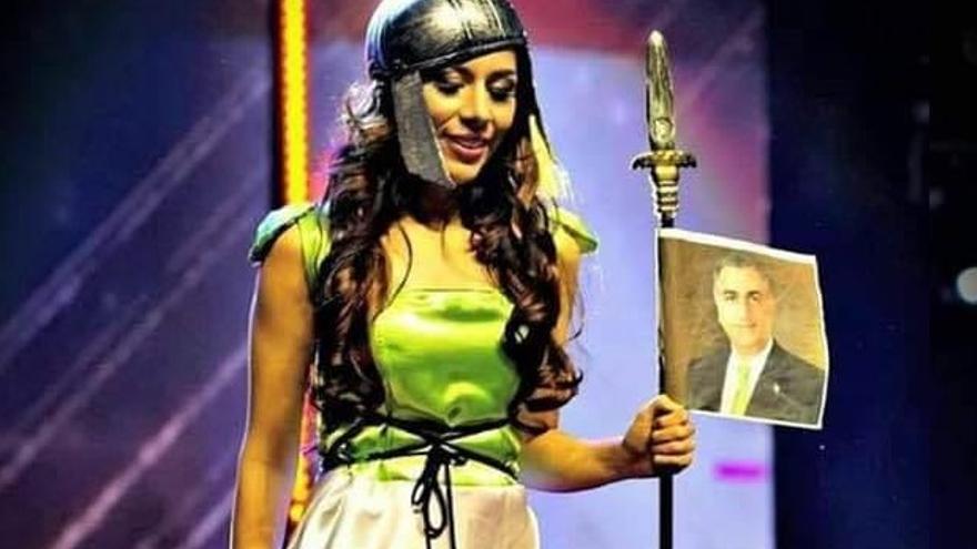 Bahareh Zare Bahari, con la foto del príncipe Reza Pahlavi durante un concurso de belleza en Manila.