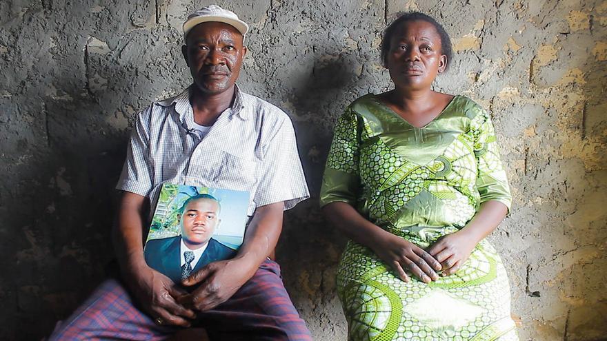 La madre de Souop Tagne Armand Ferdinand, emocionada, y su padre, con el retrato de su hijo entre las manos. | Imagen cedida por Caminando Fronteras.