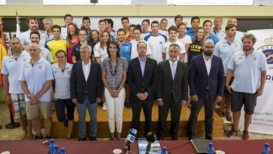 El equipo olímpico de natación, posa junto a varias de las autoridades que participaron en la presentación del Campeonato de España de este deporte en Las Palmas de Gran Canaria