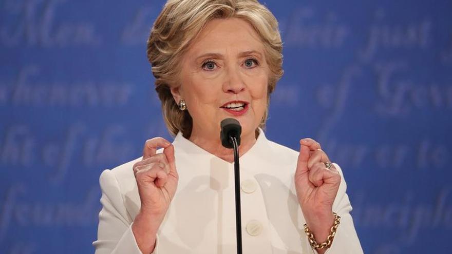 Autoridades dicen que no es dañina la sustancia en un sobre dirigido a Clinton