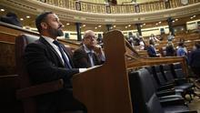 Abascal y los diputados de Vox ocupan los escaños habituales del PSOE en el Congreso, detrás de Pedro Sánchez