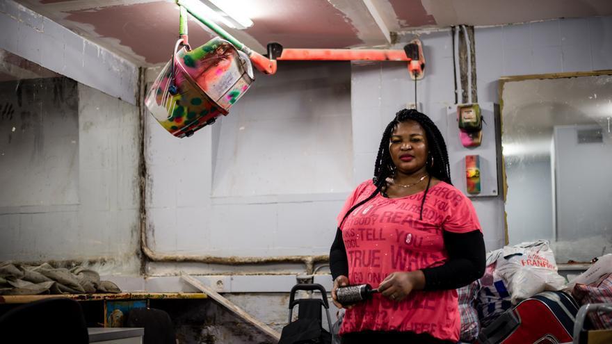 La peluquería New York Fashion, en el barrio parisino de Chateau d'Eau, donde trabajan las nueve inmigrantes sin papeles / FOTO: Ignacio Marín EDIIMA20150413_0794