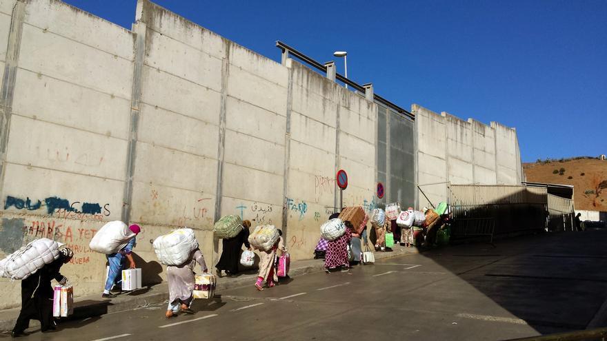 Varias porteadoras suben una cuesta en dirección al paso de El Biutz