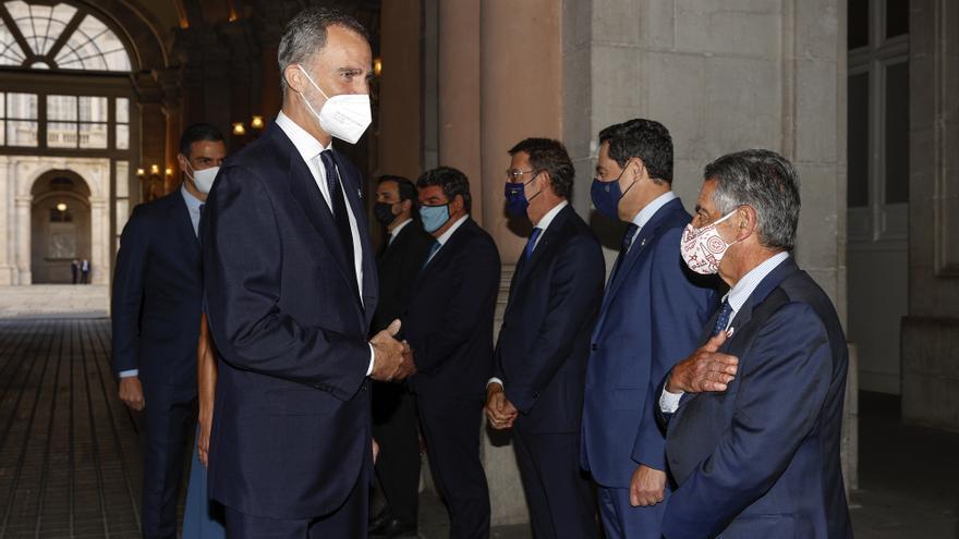 El presidente de Cantabria, Miguel Ángel Revilla, saluda al Rey en el acto de homenaje a las víctimas del Covid