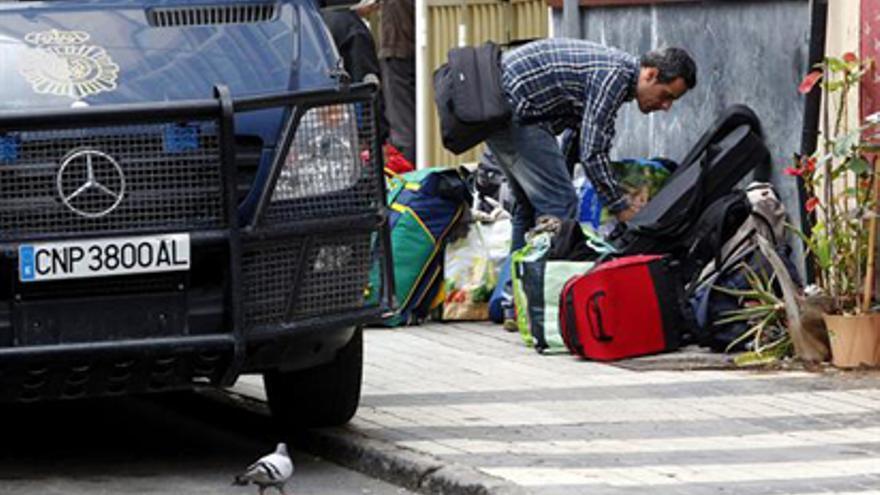 """LAS PALMAS DE GRAN CANARIA, 21/05/2013.- El Cuerpo Nacional de Policía ha desalojado hoy en el barrio de Guanarteme, en Las Palmas de Gran Canaria, un edificio que había sido ocupado ilegalmente hacía meses y que albergaba a medio centenar de personas sin hogar, entre ellas alguna familia con niños pequeños. En la imagen, el edificio desalojado, conocido como """"El Palomar"""". EFE/Elvira Urquijo A."""