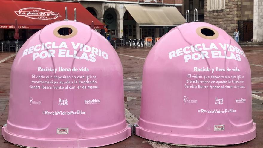 Torrelavega se suma a la campaña 'Recicla vidrio por ellas' con dos iglús rosas en la Plaza Roja
