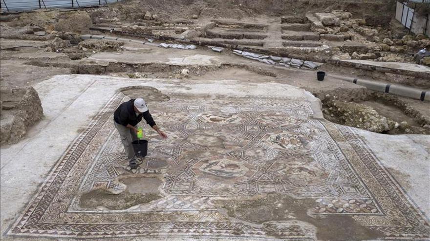 """Arqueólogos revelan un imponente mosaico """"africano"""" en la ciudad israelí de Lod"""