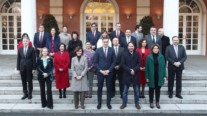 Primera foto de familia del nuevo Gobierno tras el Consejo de Ministros.