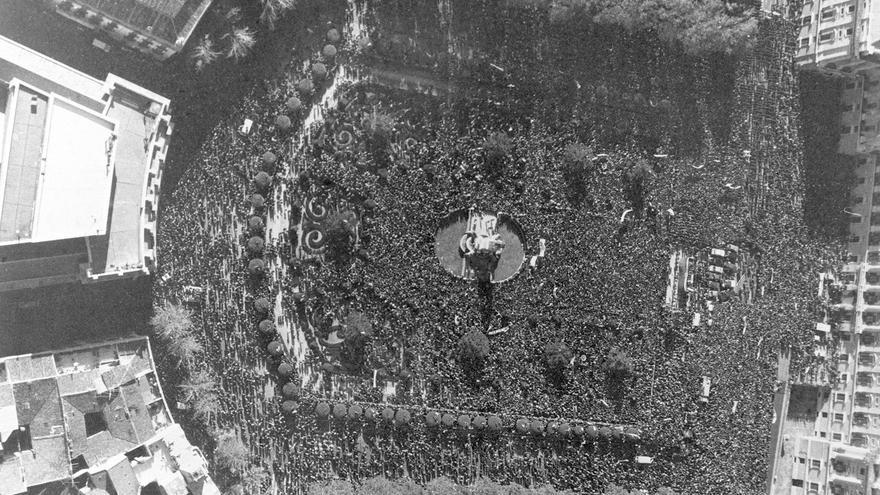 Madrid, 18-11-1979.- Con una constante llamada de los oradores a la Unidad Nacional, se ha celebrado en la Plaza de Oriente de Madrid, una concentración para conmemorar los aniversarios de la muerte de Francisco Franco y Jose Antonio Primo de Rivera. En la foto, vista general de la manifestación EFE/aa
