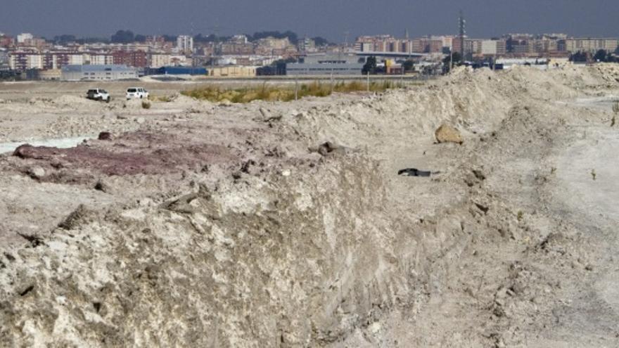Parte de las balsas, con la ciudad de Huelva al fondo.